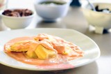 Ravioles rellenos de queso en salsa morrón